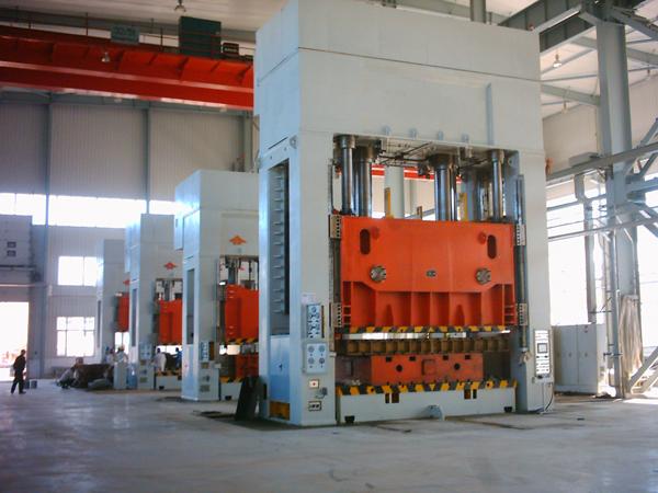 大型压制成型压机计算机优化结构设计,四柱式结构简单、经济、实用
